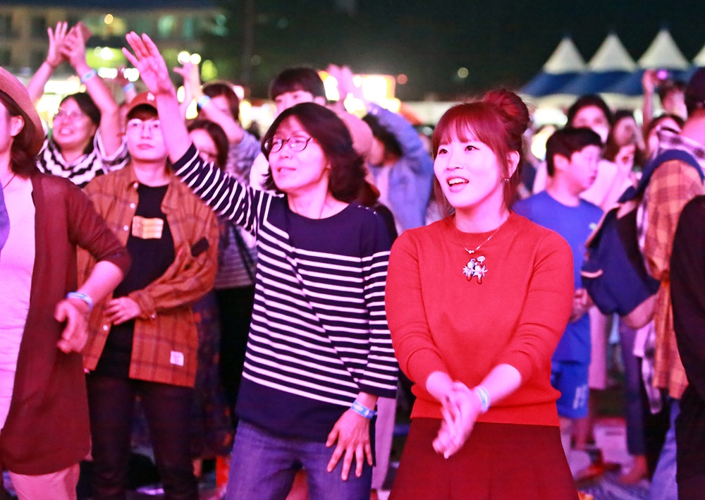 관객들이 웅산 공연을 즐기고 있다..JPG