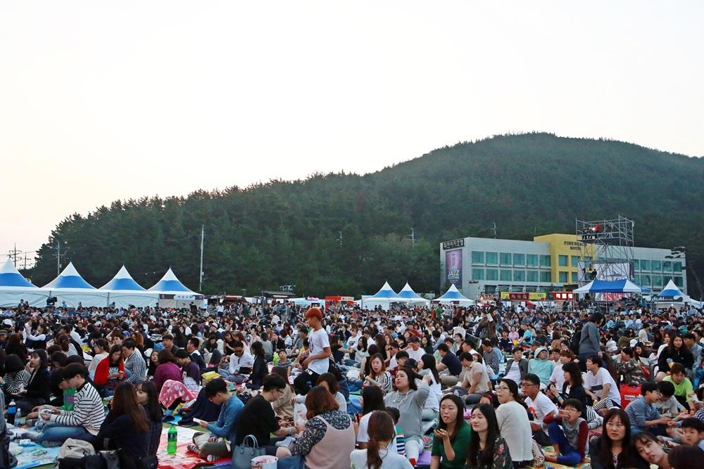 관객들이 웅산 공연을 즐기고 있다.JPG