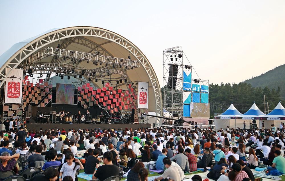 관객들이 이한진 밴드공연을 관람하고 있다.JPG