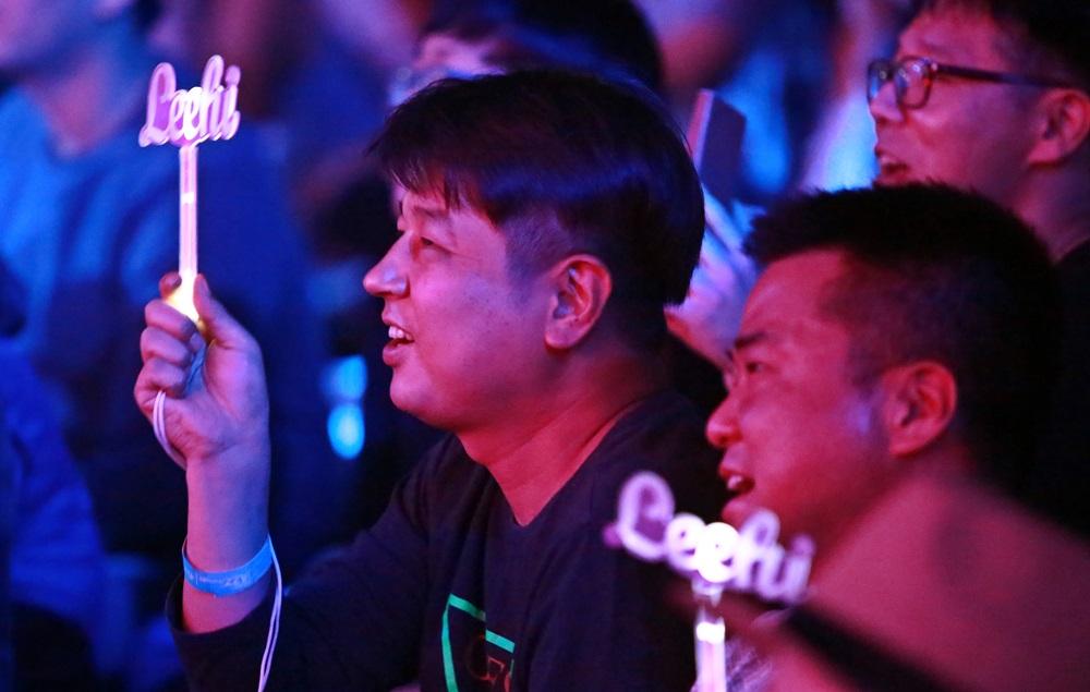 세대를 넘어 이하이 공연을 응원중인 장년층 팬들.JPG