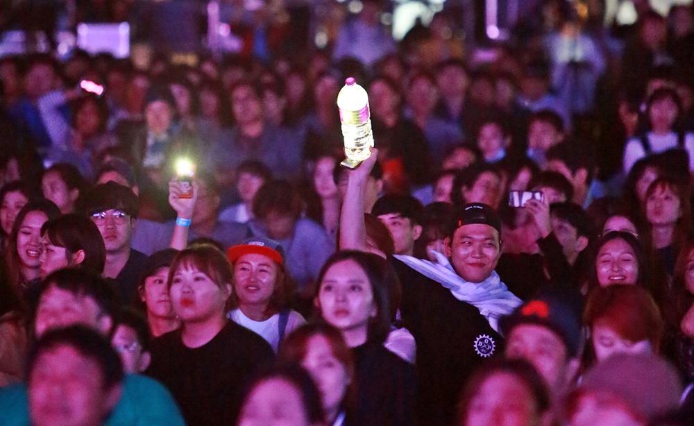 이하이 공연을 경청하며 응원하는 팬.JPG