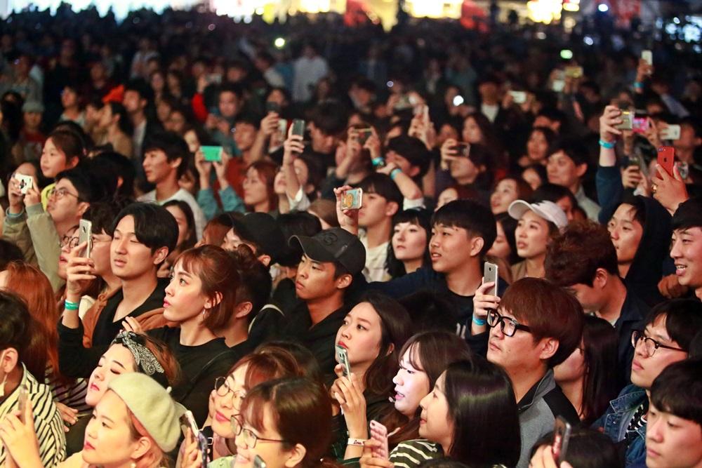 자이언트 공연에 열광증인 관객들.JPG