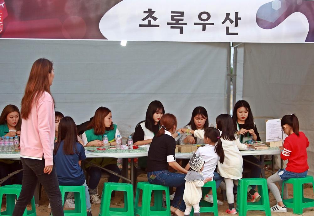 초록우산에서 아이들에게 체험활동을 펼치고 있다.JPG