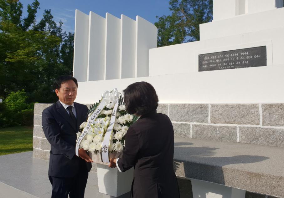 권기창 안동시장후보충혼탑참배.jpg