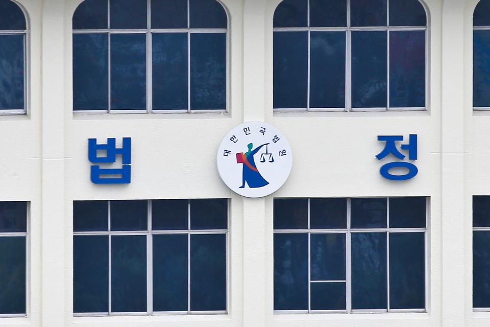 무임승차 적발되자 역무원 때린 60대 '벌금 500만원'